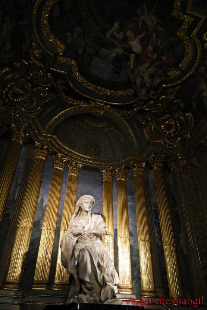 Cappella di Palazzo Tobia Pallavicino. Statua della Vergine con in braccio il bambino.
