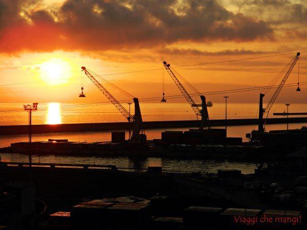 Cosa fare a genova: ammirare un tramonto sul porto dalla lanterna di genova