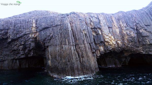rocce laviche nel mare di milos.