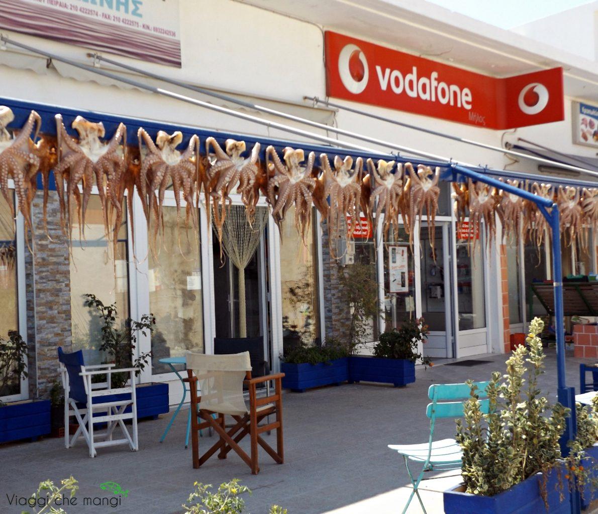 Serie di polpi appesi davanti ad un negozio a tripiti, sull'isola di milos