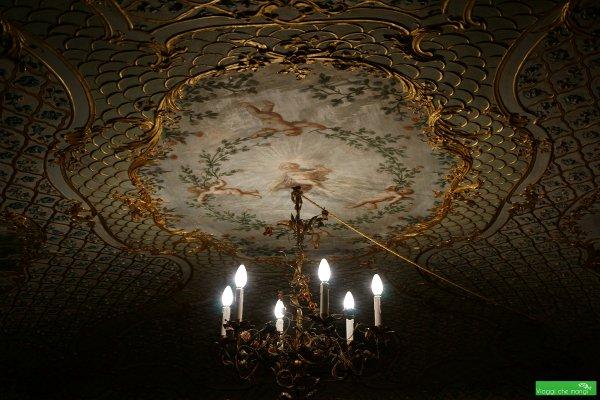 Lampadario e soffitto dell'appartamento delle dame di Palazzo Reale di Genova.