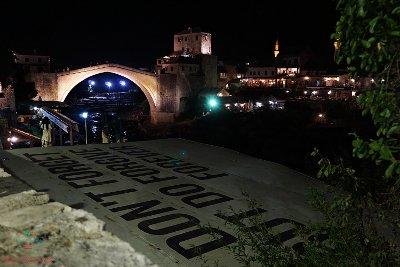il ponte mostar in notturna