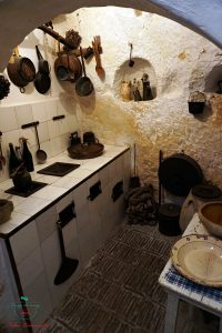interno casa grotta vico solitario matera, da non perdere se vuoi visitare matera a piedi