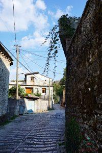 I vicoli di Gjirokaster, una delle città albanesi da visitare.