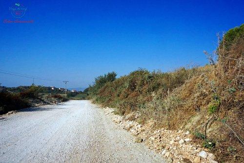 organizzare un viaggio nei balcani significa essere pronti a guidare in strade sconesse come in questo sterrato per Plazhi i Generalit, Albania.