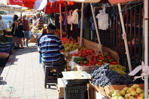 banchi esterni Mercato della frutta vacanze a Durazzo, Albania.
