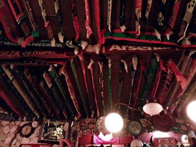 Il Louis bar e le sue sciarpe appese al soffitto: uno dei migliori posti dove bere birra ad amsterdam.