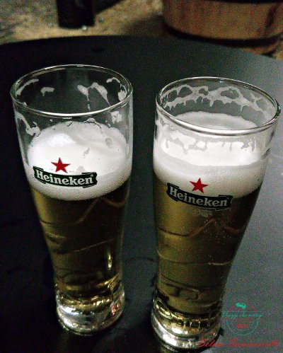Due bicchieri di heineken all'interno dell'Heineken Experience, uno dei posti consigliati per bere birra ad Amsterdam.