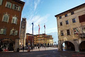 Piazza 3 novembre a Riva del Garda è piena di localini.