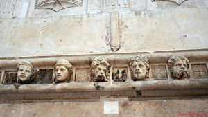 cosa vedere nei dintorni di spalato: il fregio della cattedrale di sibenik.