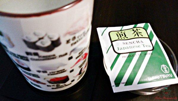 dove mangiare ad amsterdam. Da Ikura Sushi Bar si mangia cibo giapponese sorseggiando tè.