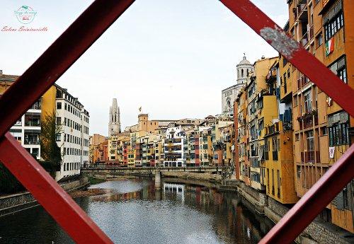 Le caratteristiche case colorate di Girona.