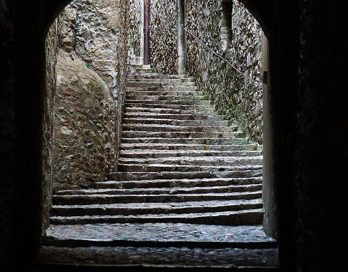 Cosa vedere a Girona in un weekend: i suoi vicoli di pietra.