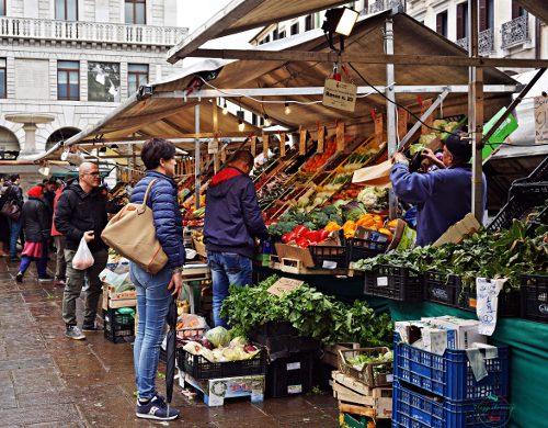 Cosa vedere a Padova in due giorni: i banchi del mercato di piazza dei frutti.