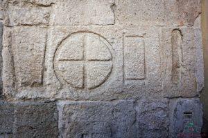 I pesi e le misure scolpite sul marmo fuori Palazzo della Ragione sono una delle curiosità su Padova.