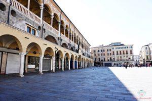 Piazza delle Erbe è una delle piazze principali di Padova.