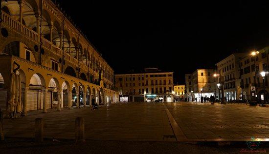 cosa vedere a padova: piazza delle erbe, una delle piazze principali della città.