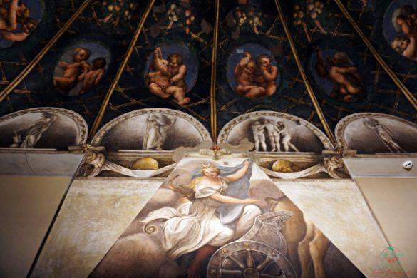 La dea Diana raffigurata dal Correggio sul caminetto della Camera di San Paolo a Parma è uno dei capolavori da vedere a Parma.
