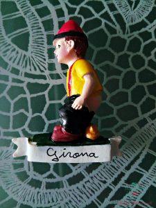 Calamita raffigurante il Caganer, una tradizione catalana.