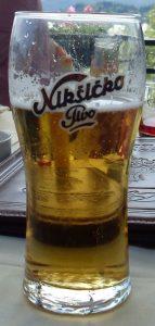 La Niksicko è una delle birre da bere nei balcani. By Wusel007 [GFDL (http://www.gnu.org/copyleft/fdl.html) or CC BY-SA 3.0 (https://creativecommons.org/licenses/by-sa/3.0)], from Wikimedia Commons