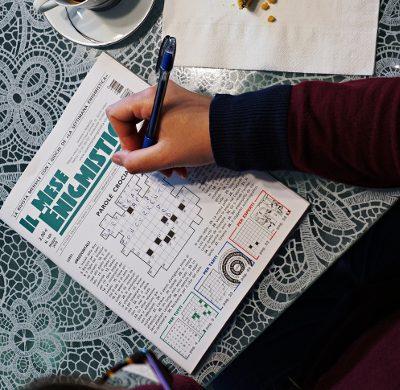 uno dei milgiori giochi da viaggio è una rivista di enigmistica.