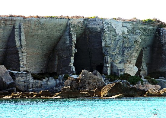 se vuoi visitare favignana fallo con un gommone girandola dal mare.