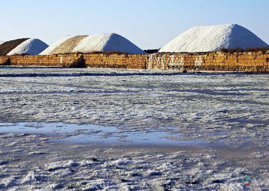 Cumuli di sale nelle saline di Trapani e Paceco.
