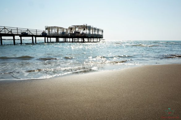 La terrazza sul mare del bar di Plazhi i Gjeneralit, una spiaggia di durazzo perfetta per rilassarsi duranze le vacanze al mare in albania.
