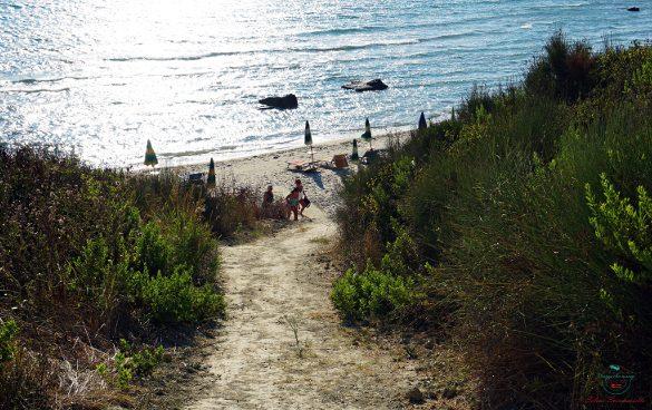 La discesa per Plazhi Portez, una delle più belle spiagge di Durazzo.