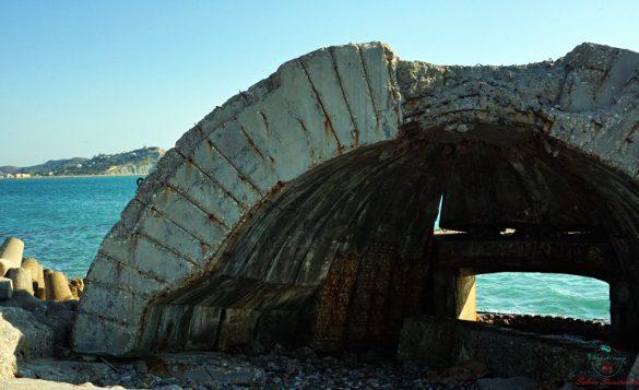 Un Bunker albanese del periodo comunista è una delle cose da vedere durante le vacanze in albania.