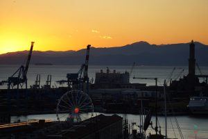 Tramonto in controluce da Spianata Castelletto, uno dei migliori punti panoramici di Genova.