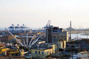 Il terrazzo di Palazzo Rosso, il Miradore, è uno dei migliori punti panoramici di Genova: da qui si gode uno spettacolo unico sul porto antico e la lanterna in lontananza.