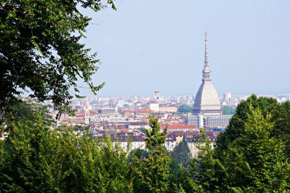 Il panorama su Torino e la Mole dai giardini di Villa della Regina.