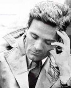 Tra i libri in dialetto che ti consiglio c'è Ragazzi di vita di Pasolini. By UnknownUnknown author (http://www.pierpaolopasolini.it/biografia.htm) [Public domain or Public domain], via Wikimedia Commons