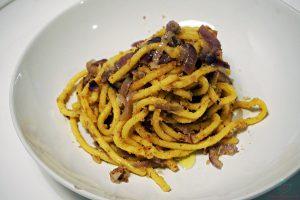 Se sei curioso di sapere cosa mangiare a Padova, sappi che non puoi perderti i bigoli al sugo di acciughe e cipolle.