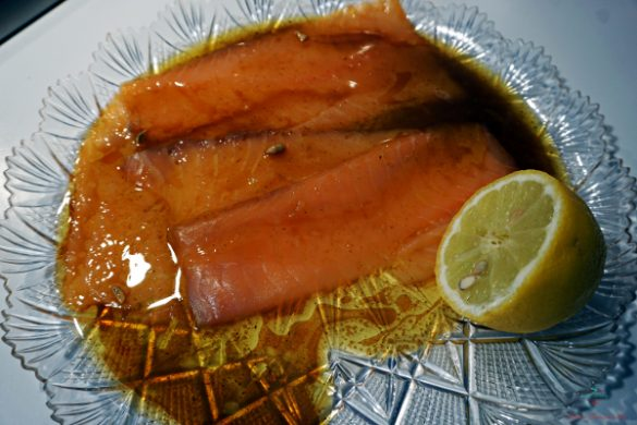 Un'altra delle tre ricette estive veloci è il salmone marinato con soja e zenzero.