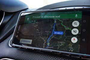 Per viaggiare in auto è fondamentale avere un navigatore: va bene anche Google Maps.