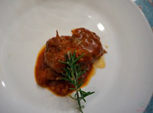 Nei ristoranti di Ruvo di Puglia si può assaggiare la brasciola, uno dei prodotti pugliesi tradizionali.