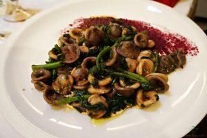 Uno dei prodotti pugliesi tradizionali da assaggiare a Ruvo di Puglia sono le orecchiette alle cime di rapa.
