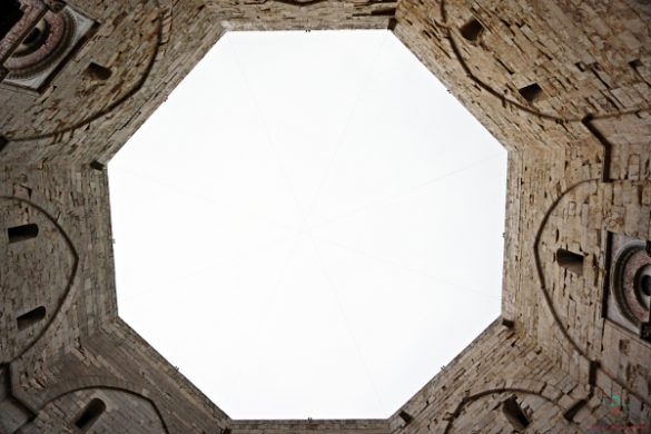 Castel del Monte da una prospettiva particolare.