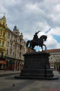 cosa vedere a zagabria: la statua del BanJosip Jelačić nella piazza principale.
