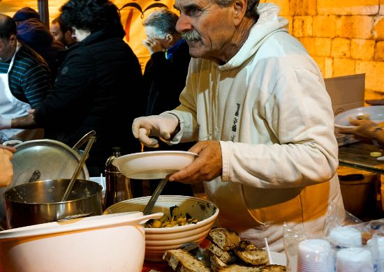 Michele Simone serve i piatti della tradizione durante la festa Frasca, Fanoia e olio novello.