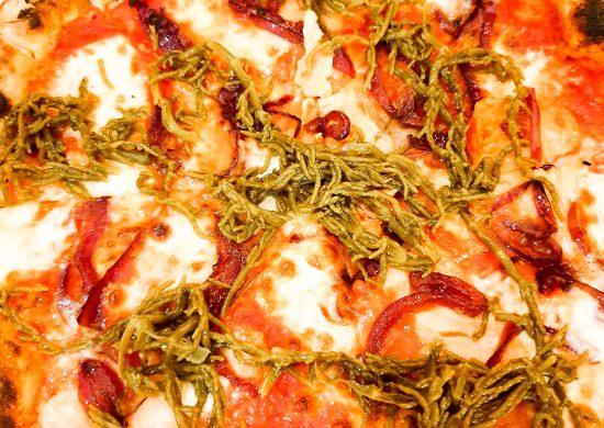Cosa mangiare a Carpino e dintorni: Pizza con cipolla rossa, salmone e salicornia a La Cruna del Lago.