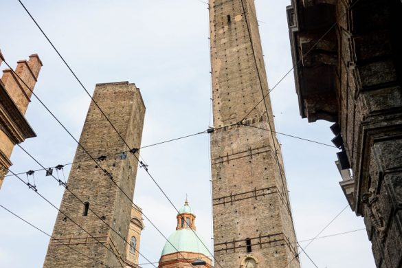 Cosa vedere a bologna in un giorno: Torre degli Asinelli e Torre Garisenda.