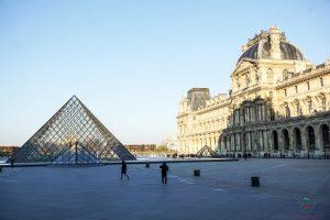 Il Museo del Louvre è una tappa fondamentale per visitare parigi in un giorno.