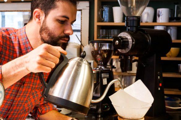 Preparazione di un caffè filtrato all'Orso Laboratorio Caffè.
