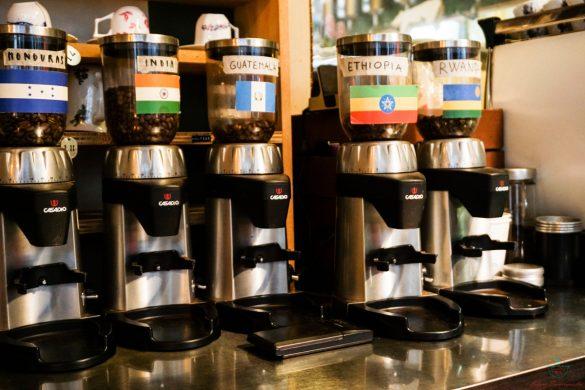 Diverse tipologie di caffè all'Orso Laboratorio Caffè nel quartiere di San Salvario a Torino.