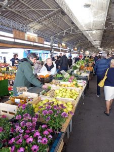 Mercato Provenzale, Antibes. Abxbay [CC BY-SA 4.0 (https://creativecommons.org/licenses/by-sa/4.0)]