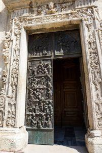 Portone della Chiesa di San Giovanni Battista a Foggia.