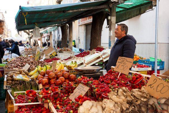 Banchi di frutta al Mercato Rosati di foggia.